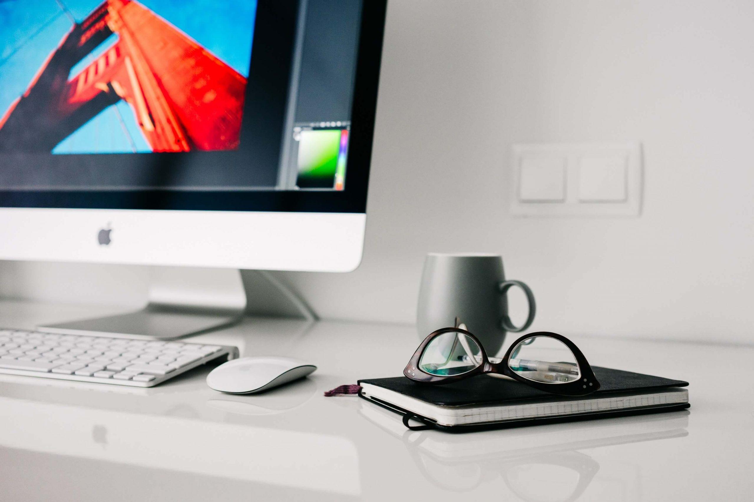 Moderner PC-Arbeitsplatz mit Brille