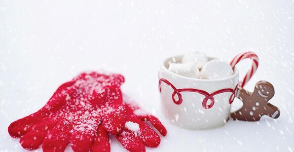 Schneegestöber mit Marshmallows und Handschuhen